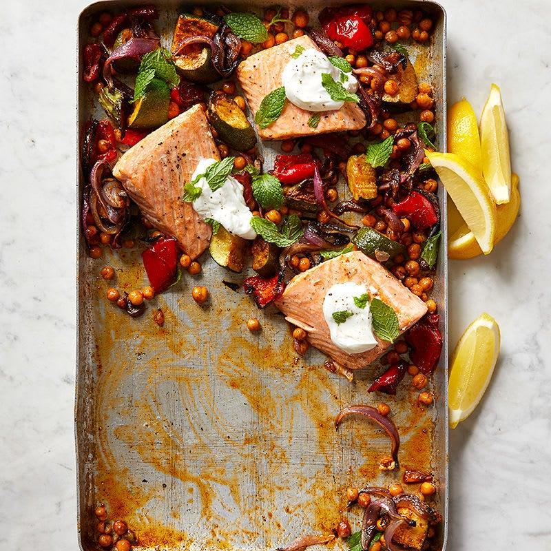 Photo de Saumon grillé aux pois chiches, à la courgette et au poivron rouge par WW