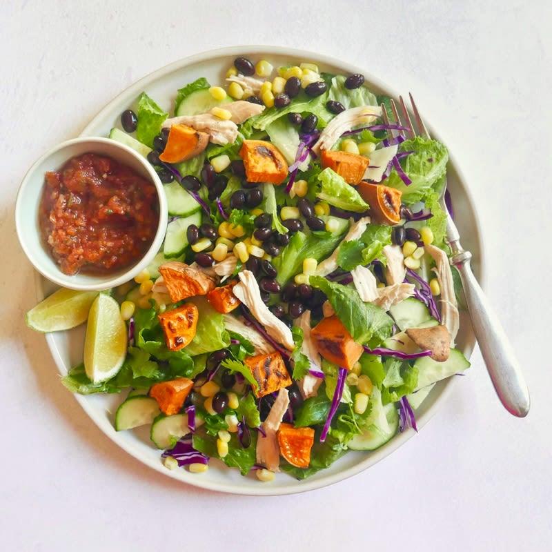 Photo de Salade de poulet style Sud-Ouest avec patates douces rôties, maïs et haricots par WW