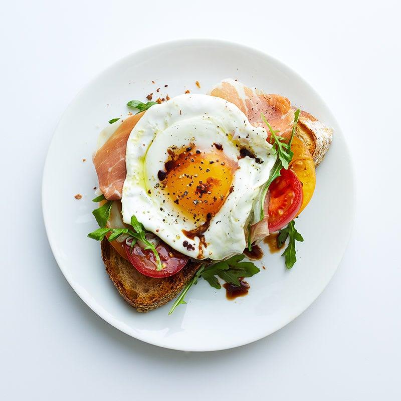 Photo de Déjeuner à l'œuf frit, au prosciutto et à la roquette sur rôtie par WW