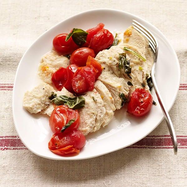 Photo de Papillotes de poulet grillé accompagné de tomates et de basilic par WW