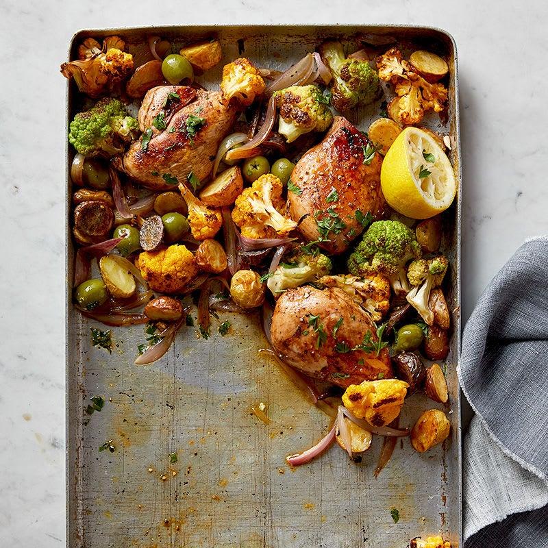 Photo de Poulet à l'ail et au thym avec chou-fleur, pommes de terre et olives par WW