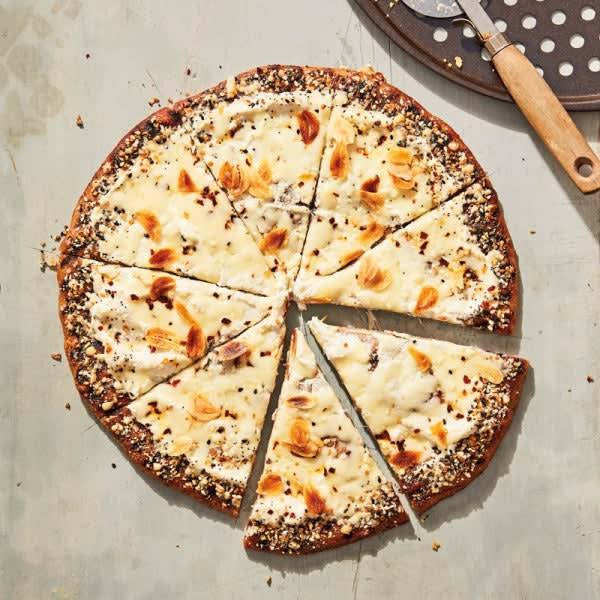 Photo de Pizza blanche grillé avec assaisonnement à bagel tout garni par WW