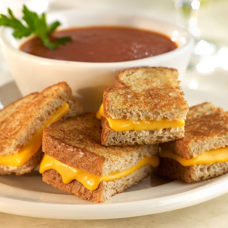 Photo de Mini-bouchées de sandwich grillé au fromage avec soupe de tomates par WW