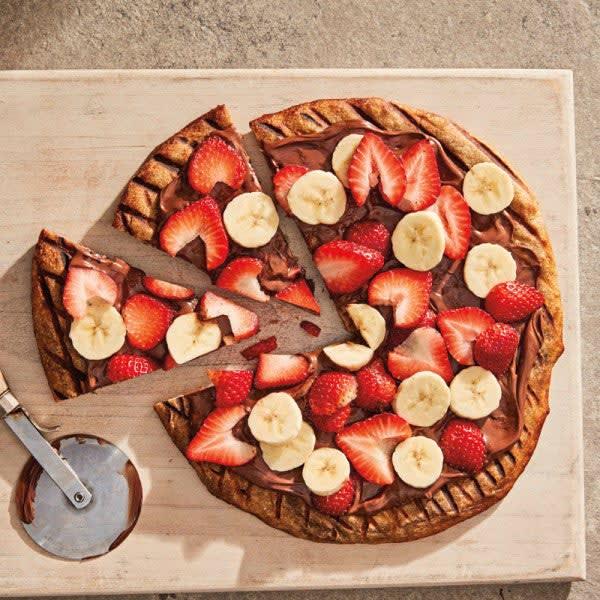 Photo de Pizza grillée au chocolat et aux noisettes avec bananes et fraises par WW