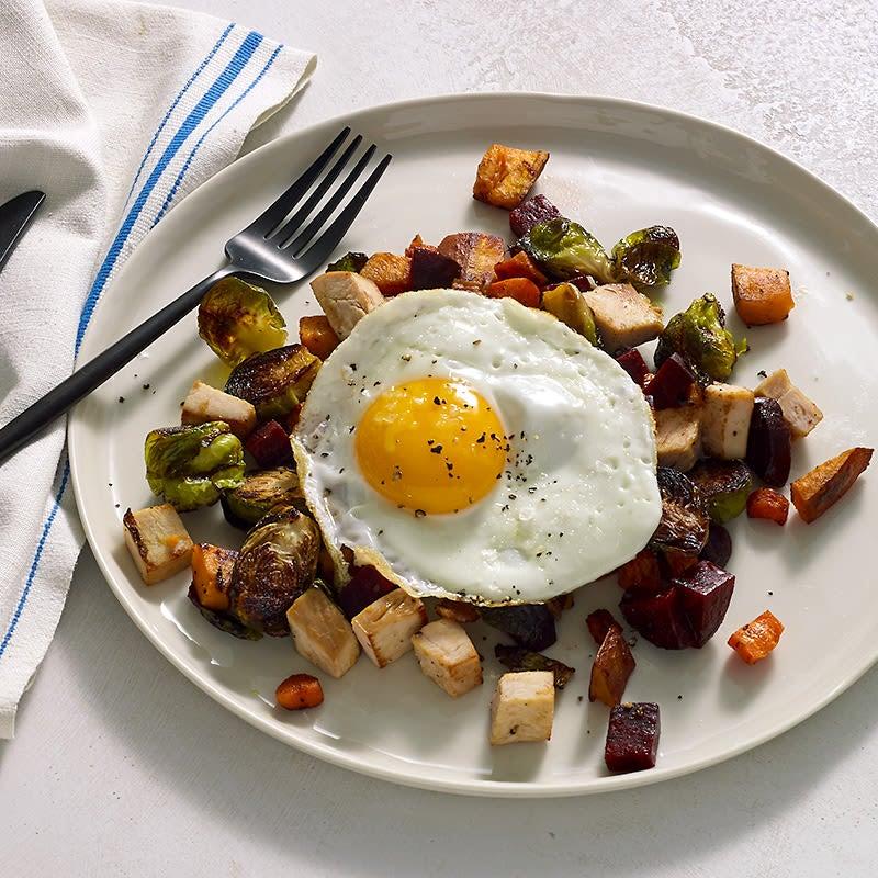 Photo de Hachis de restes de dinde et de légumes rôtis surmonté d'un œuf miroir par le chef EricGreenspan par WW