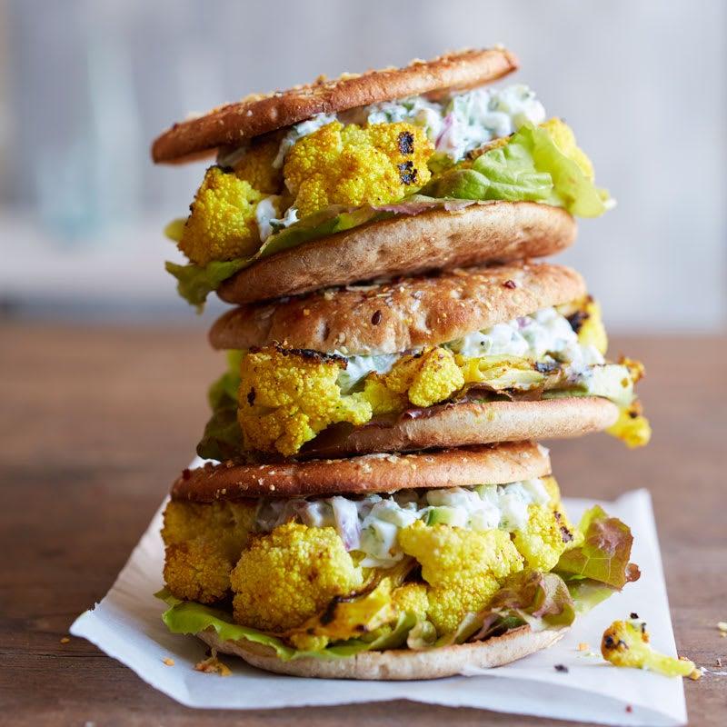 Photo de Hamburgers de chou-fleur tandoori grillé avec tartinade raïta au concombre par WW