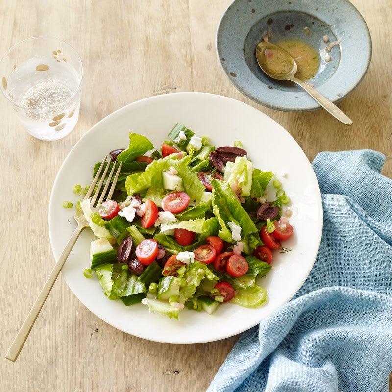 Photo de Salade grecque avec féta, olives Kalamata et vinaigrette au vin rouge par WW
