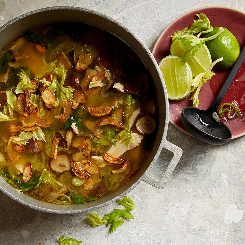 Photo de Soupe au poulet à l'ail grillé, aux champignons et au céleri par WW