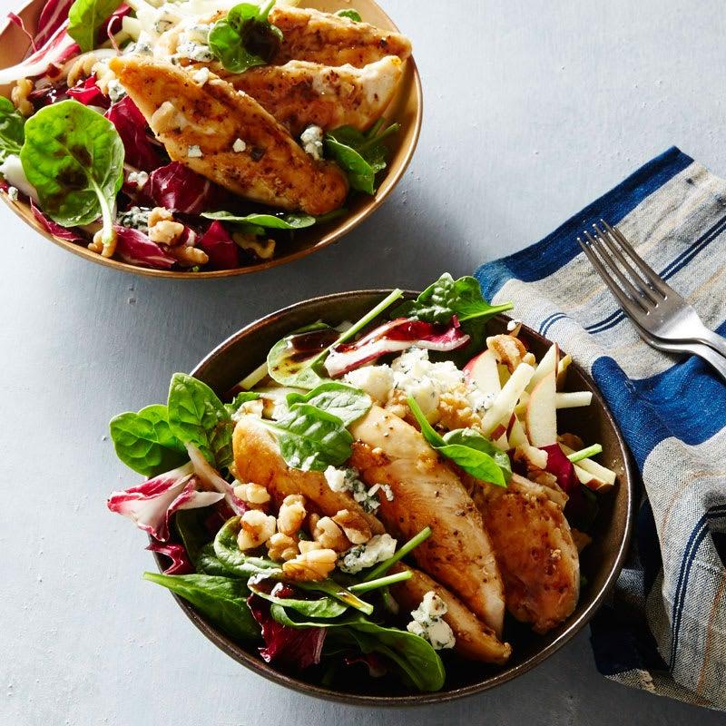 Photo de Salade d'épinards avec poulet, pomme, fromage bleu et vinaigrette balsamique par WW