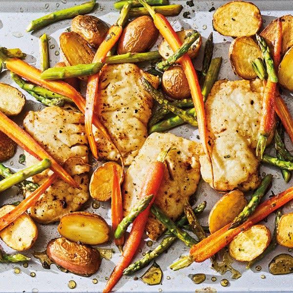 Photo de Morue avec asperges, carottes miniatures et pommes de terre nouvelles par WW