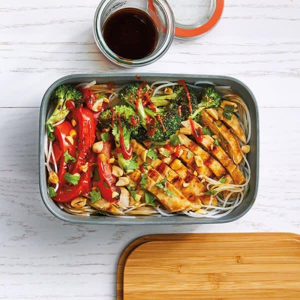 Photo de Bol de poulet et de légumes à l'asiatique avec nouilles de riz par WW