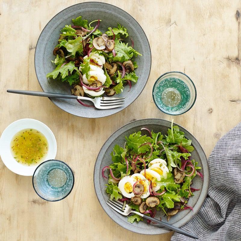 Photo de Salade tiède au chou frisé avec oignons, champignons et œufs par WW