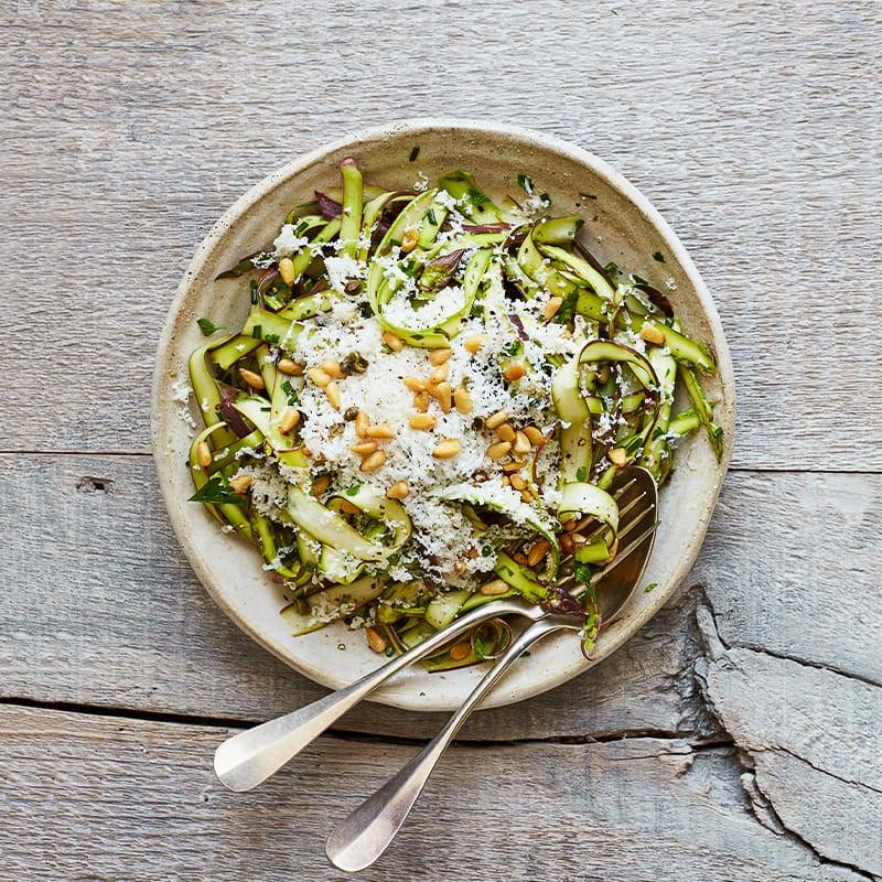Photo de Salade d'asperges râpées avec ricotta salata et pignons grillés par WW