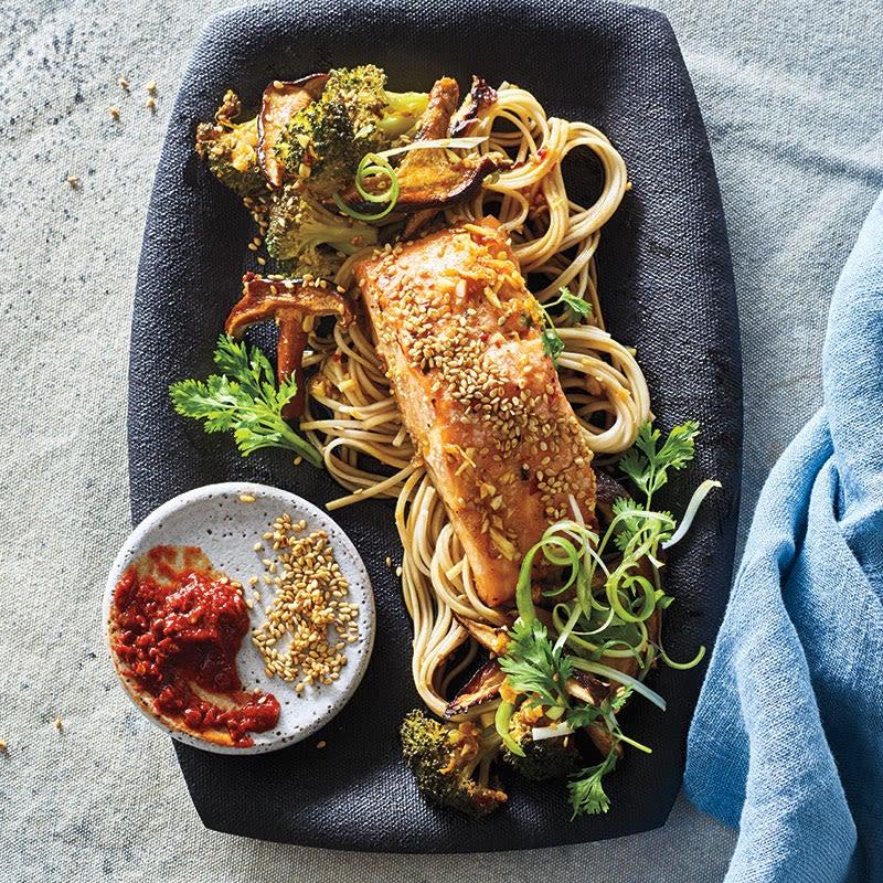 Photo de Saumon au sésame et gingembre avec champignons, broccolini et nouilles soba par WW