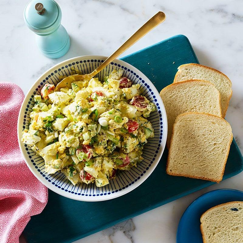 Photo de Salade aux œufs avec concombre, tomates et câpres par WW
