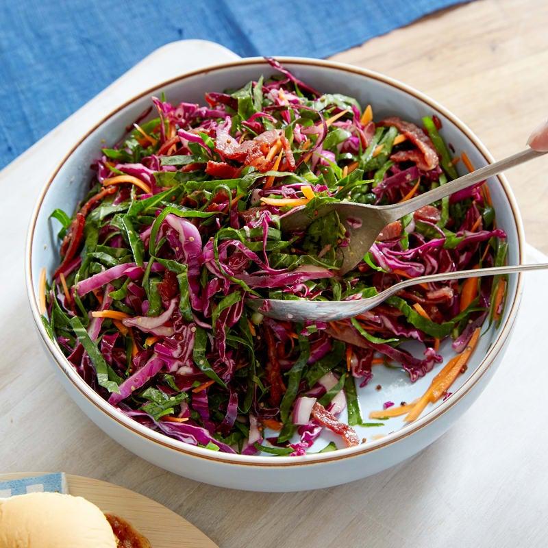 Photo de Salade de chou vert à la vinaigrette chaude au bacon par WW