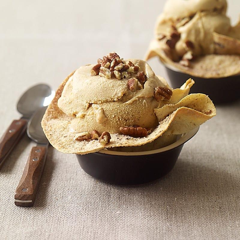 Photo de Crème glacée à la citrouille servie dans des bols comestibles maison par WW