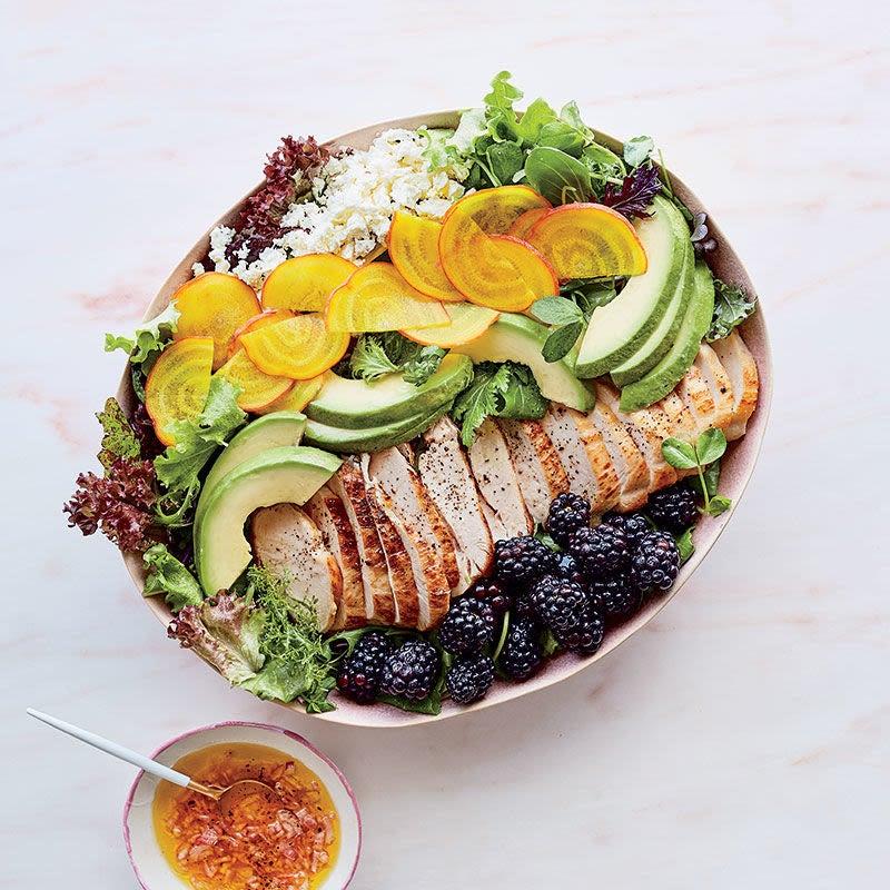 Photo de Salade de poulet aux mûres, au fromage feta, aux betteraves jaunes et à l'avocat par WW