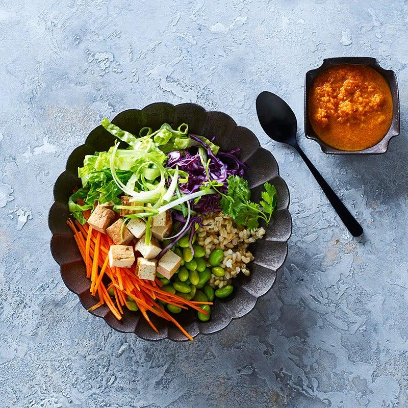 Photo de Salade de riz brun aux edamames avec vinaigrette aux carottes et au gingembre par WW