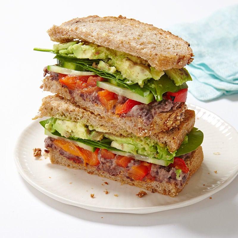 Photo de Sandwich aux légumes avec tartinade au citron et aux haricots noirs par WW