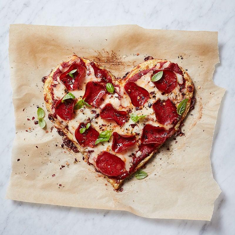 Photo de Pizza à la croûte de chou-fleur avec fromage mozzarella et pepperoni par WW