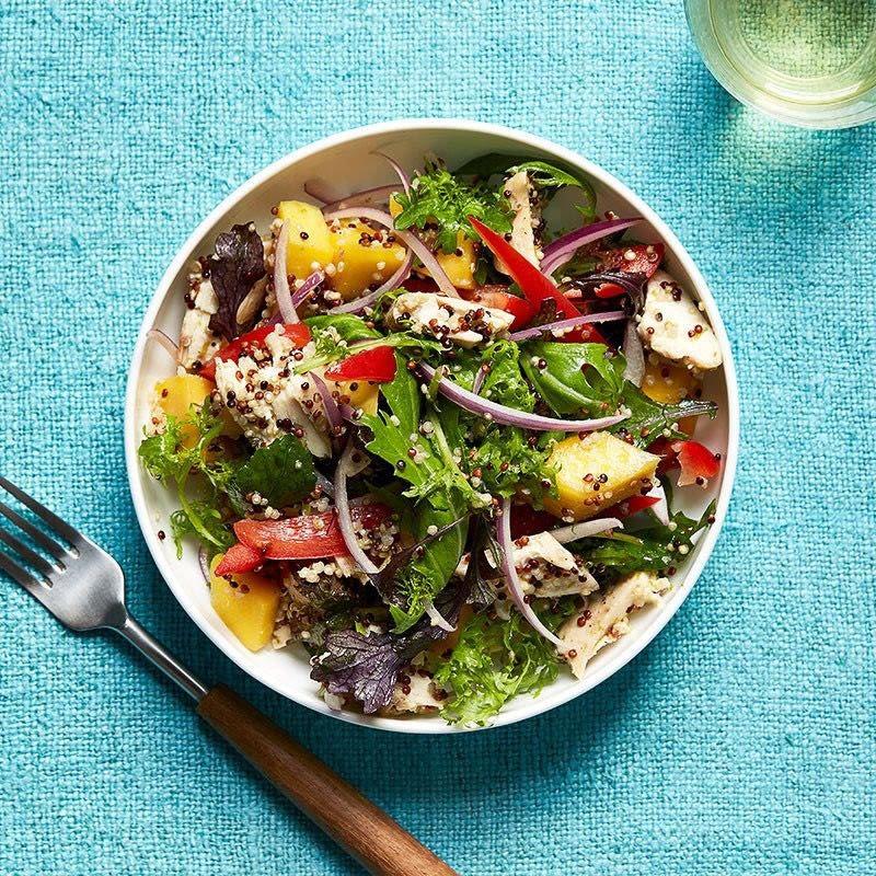 Photo de Salade de quinoa au poulet et à la mangue avec vinaigrette au gingembre et à la lime par WW