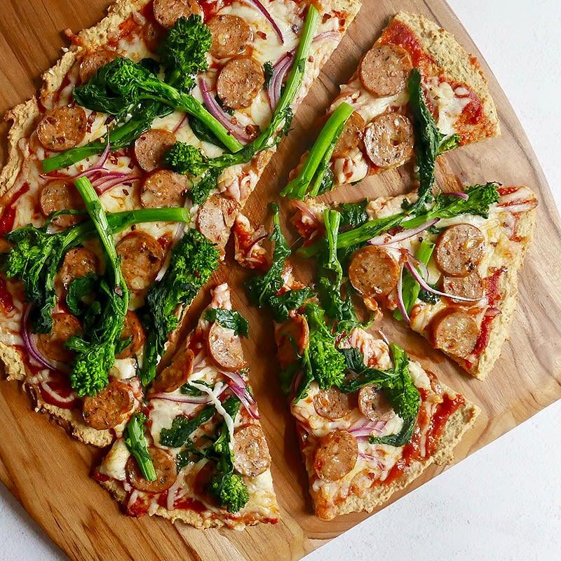 Photo de Pizza à la saucisse et au brocoli italien sur croûte de pois chiches par WW